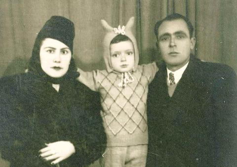Annesi Dürdane,Ağabeyi Eşref,Babası Ahmet Ayas